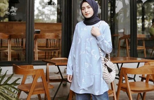 Tips Padu Padan Hijab dan Kemeja agar Tampil Stylish, Cantik & Menawan
